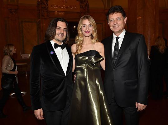 Linda Vojtová s přítelem Jamisonem a strýčkem Vadimem Petrovem