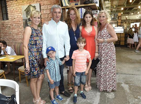 S mámou, synem, tátou, jeho současnou ženou Andreou, jejich synem Markem a Anetkou, dcerou Andrey z bývalého vztahu