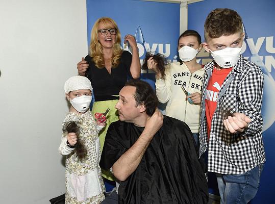 Marian se kvůli nadaci Kapka naděje nechal ostříhat od onkologicky nemocných dětí.