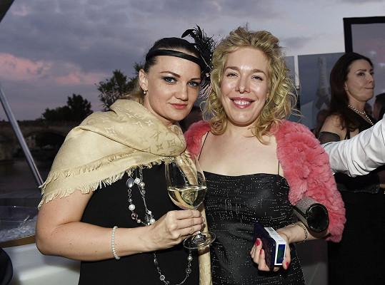 Nina Smitová s kamarádkou