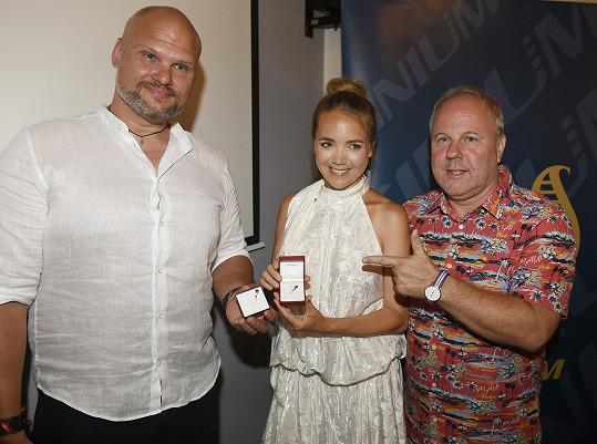 ... a zároveň přebírala s Radimem Flenderem ocenění od Českého rozhlasu za píseň Stanice Svět, v klipu s ním i hrála.