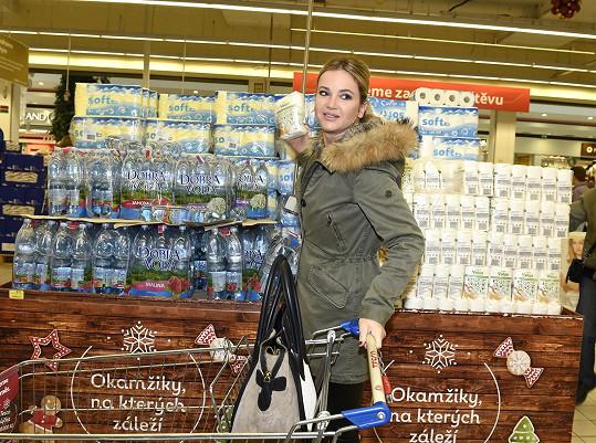 Manželka vlivného muže nakupovala do sbírky trvanlivé potraviny.