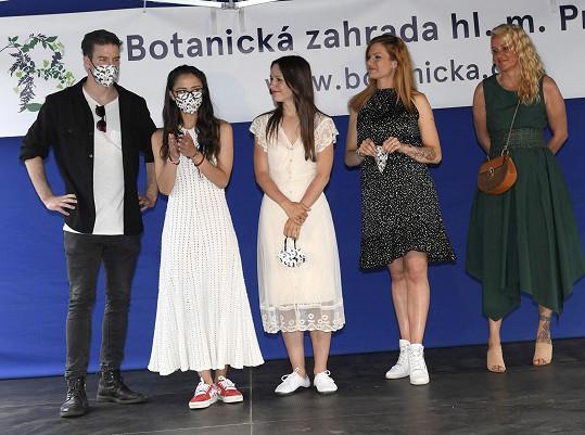 Spolu s ním se akce zúčastnily (zleva) Eva Burešová, Veronika Khek Kubařová, Gabriela Soukalová a prezidentka NF Kapka naděje Vendula Pizingerová.