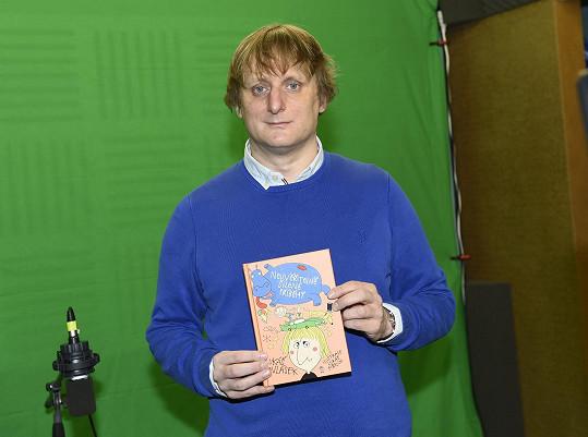 Výjimku udělal na snímek se svojí poslední knihou.