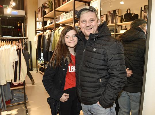 Anička s otcem Petrem Čtvrtníčkem, který musel být hospitalizován kvůli koronaviru.