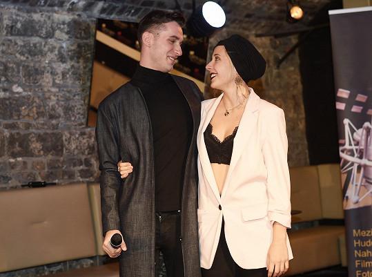 Anička s kamarádem Pavlem, který zpívá v kapele Identity.