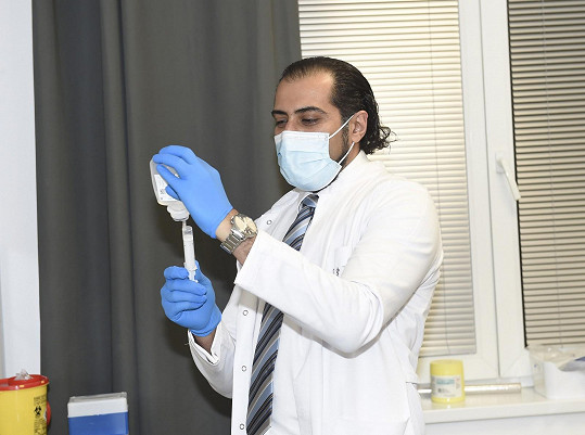 Ali je v Česku 22 let a stal se lékařem na plný úvazek.