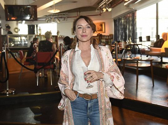 Tatiana Dyková vyrazila na výstavu Svět pohádek Boženy Němcové v obchodním domě Kotva.