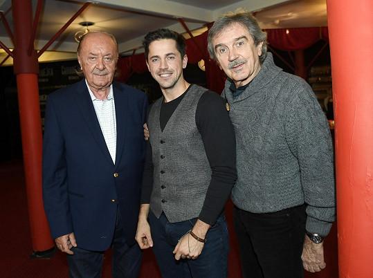 Na snímku s mladším kolegou Petrem Ryšavým a producentem Františkem Janečkem, který mu nabídl, že může v jeho divadle udělat narozeninový koncert.