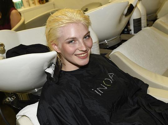 Soutěžící s nejkratšími vlasy, Amálie Sloupenská, naopak souhlasila s výraznou změnou barvy a nechala si svou blond barvu změnit do růžova.