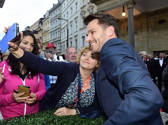 Selfie s fanynkou na lázeňské kolonádě.