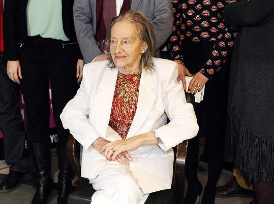 Při focení se štábem musela být Nina Divíšková usazena na křeslo.