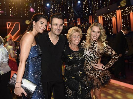 Leoš Mareš s přítelkyní Monikou, maminkou Lenkou a tanečnicí Katarínou