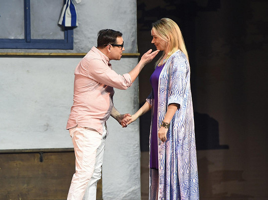 V župánku s Pavlem Vítkem, který hraje jednoho z potenciálních otců její dcery.