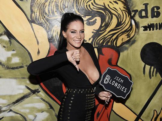 Andrea Pomeje vyrazila na párty v šatech s obřím výstřihem.