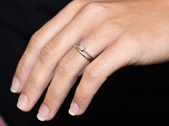 Snubní a zásnubní prsten nesundává z prstu.