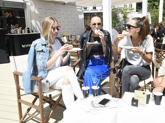 S Karolínou, Leou a Nikol (zleva) jsme se sešli na kafíčku.