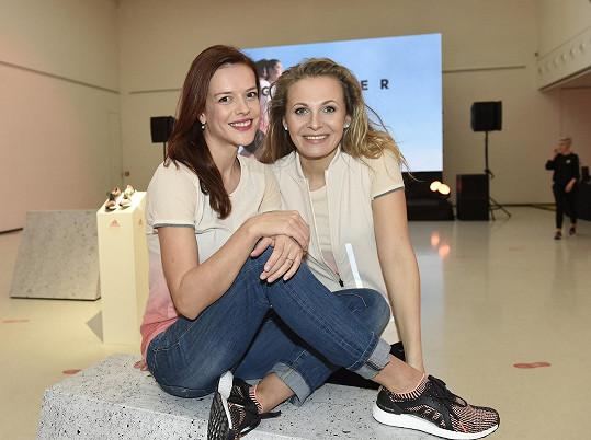 Herečky představily nový model dámské běžecké boty.