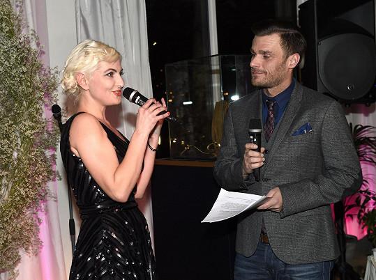 Celý večer moderoval Leoš Mareš. Bára veřejně zažertovala, že jí oproti jejímu očekávání nedalo příliš práce známého moderátora uhnat k moderování charity. Přítomným doporučila, ať to taky zkusí.