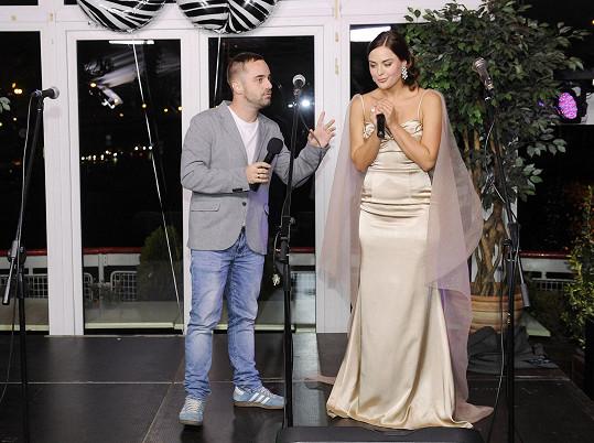 Dominika (na snímku s Petrem Kutheilem) moderovala narozeniny Václava Upíra Krejčího.