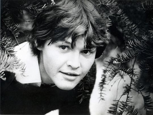 Herec na archivní fotografii z mládí.