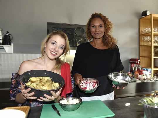Lejla Abbasová a Anička Slováčková s kuchařem Adamem Robenkem a barmanem Vítězslavem Cirokem dokázali, že lze uvařit kvalitní pětichodové menu z potravin, které známý potravinový řetězec odevzdává do Národní potravinové banky.