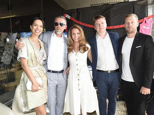 S kolegyněmi Radkou Pavlovčinovou a Denisou Nesvačilovou, Jakubem Prachařem a režisérem a scenárostou Petrem Kolečkem na terase hotelu Thermal