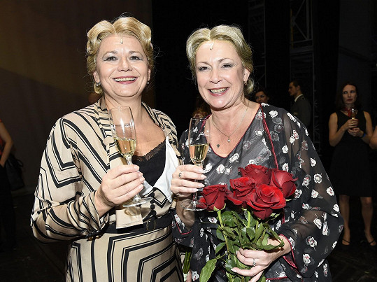 Ilona Svobodová s Ivanou Andrlovou po premiéře muzikálu Bonnie & Clyde