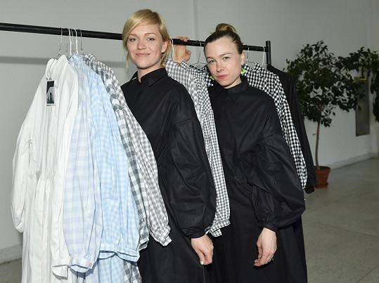 Ester Geislerová a Josefína Bakošová spolu navrhují oblečení.