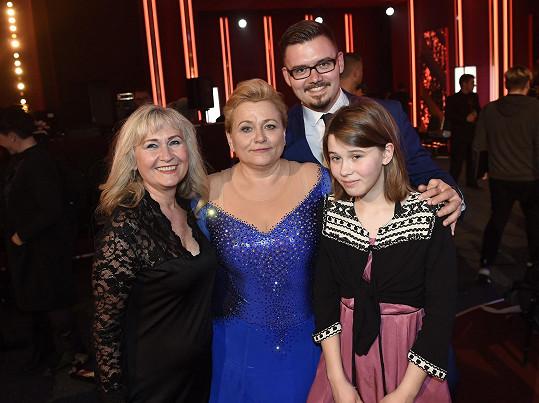 Ve StarDance ji podpořily děti i sestra Naďa (vlevo).