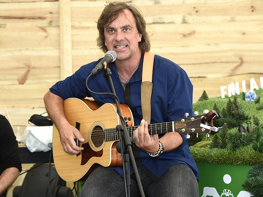 Tomáš Matonoha se ve Finlandia Kokos Baru představil jako kytarista.