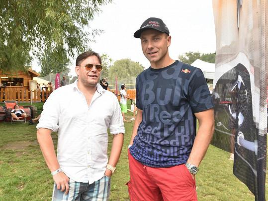 Matějovi jsou blízké vodní sporty stejně jako Martinu Šonkovi, jedinému českému pilotovi v Red Bull Air Race a vášnivému jetsurferovi.