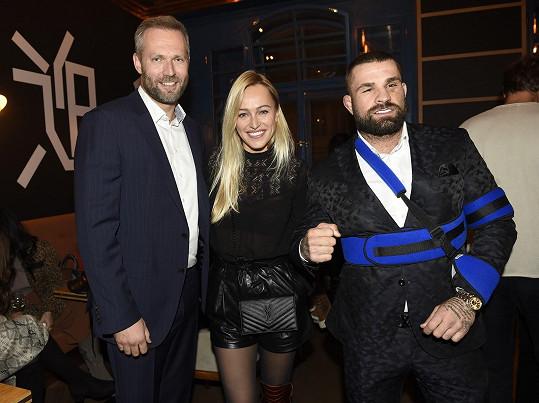 Na večírku se Karlos potkal s Renatou Langmannovou a jejím partnerem Ondřejem Novotným, promotérem MMA zápasu, po kterém skončil v nemocnici.