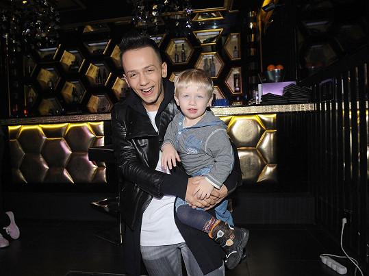 Bendig s dítětem, které v klipu hraje syna Ornelly.