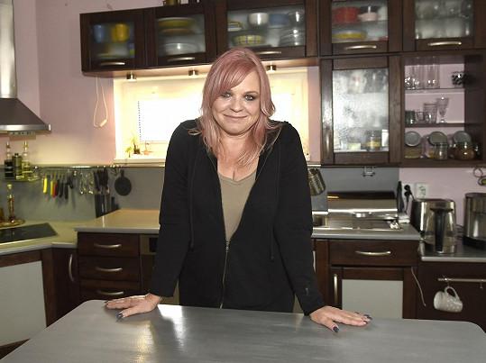 Markéta Mayerová doma v kuchyni...