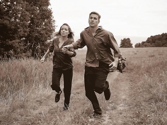 Hrají partnery, kteří utíkají před nebezpečím.