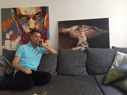 Laco doma v obývacím pokoji. Vévodí mu velké obrazy.