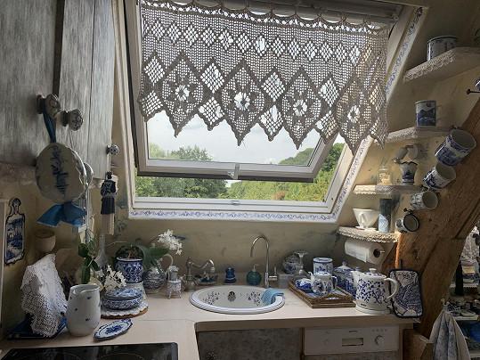Kuchyňská linka pod oknem