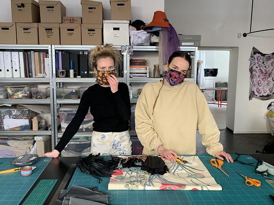 Karolína Juříková a Kristýna Nováková zapojily do výroby roušek desítky dobrovolníků.