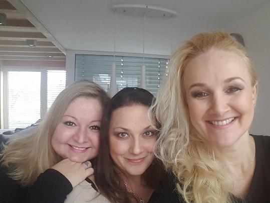 S Lindou Finkovou a Vlaďkou Pirichovou tvoří seskupení Trojhlavá saň.