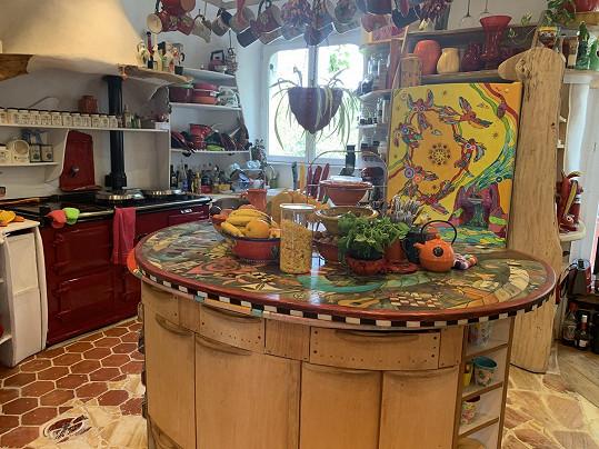 V podobně barevném duchu je i kuchyně s jídelnou.