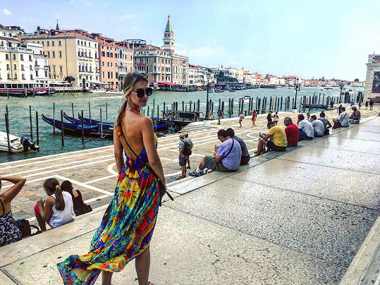 Kochala se krásami italského města.