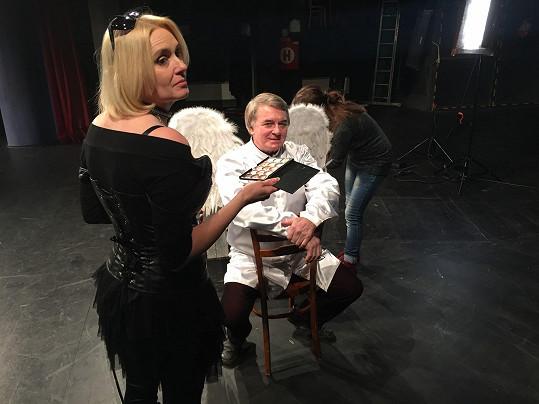 Tanečník a herec se připravuje na záběr.
