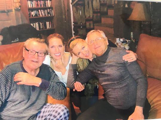 Přesně tuto fotku mají Menzelovi doma v rámečku.