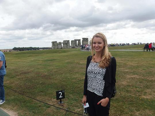 Během svého pobytu v Anglii nevynechala návštěvu magického místa Stonehenge.