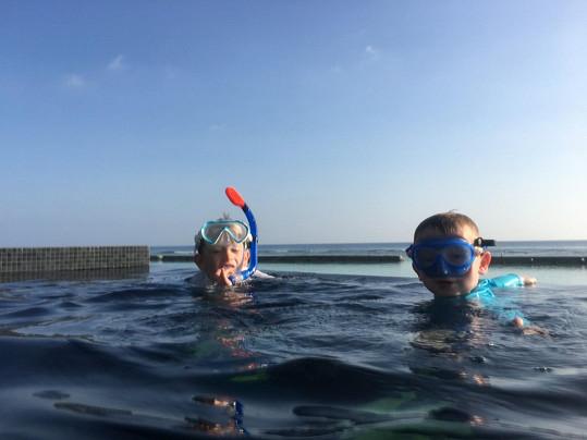 Malý Michal a František tráví většinu času ve vodě.