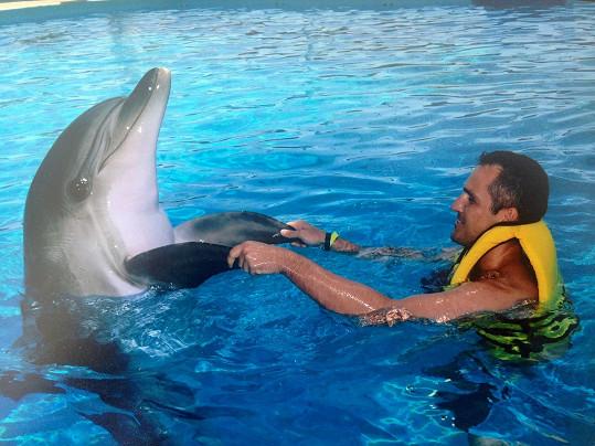 Míra Hejda laškuje s delfínem.