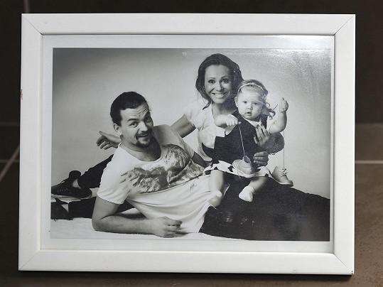 Na vystavené fotce je s manželem Dušanem Vitázkem a starší Bárou, ta už je teď školačka.