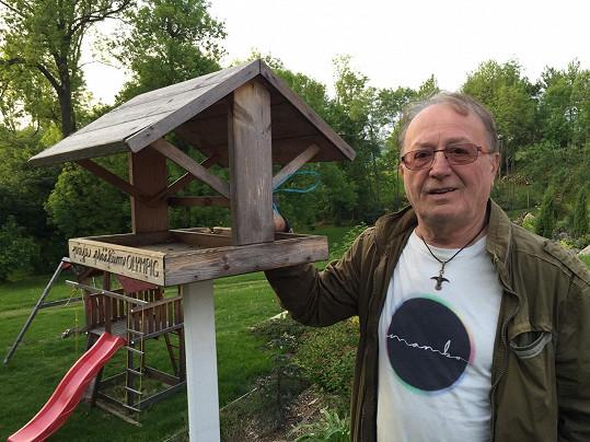 Budku pro ptáky dostal Petr od fanoušků.