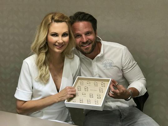Sandra si s Pavlem byla vybírat snubní prsteny.